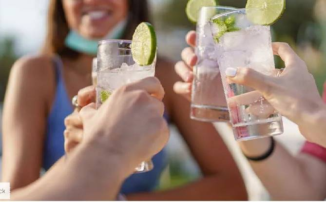 Νέα μελέτη: Το αλκοόλ φέρνει τους ξένους πιο κοντά σωματικά To επιβεβαιώνει νέα αμερικανική έρευνα.